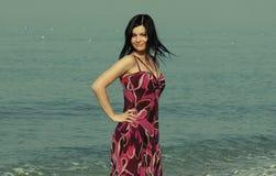 Mujer joven en el mar en verano Fotografía de archivo