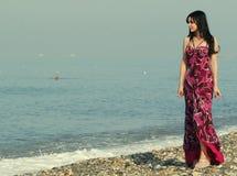 Mujer joven en el mar en verano Fotos de archivo