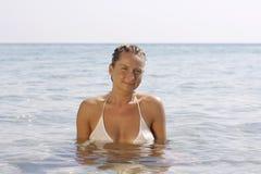 Mujer joven en el mar tranquilo. Fotos de archivo