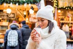 Mujer joven en el mercado de la Navidad Fotografía de archivo