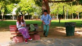 Mujer joven en el oscilación almacen de metraje de vídeo