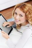 Mujer joven en el país con el touchpad Imagenes de archivo