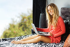Mujer joven en el país con la computadora portátil Fotos de archivo libres de regalías