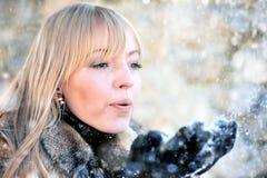 Mujer joven en el paisaje nevoso del invierno Imagen de archivo
