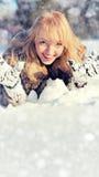 Mujer joven en el paisaje nevoso del invierno Fotografía de archivo libre de regalías