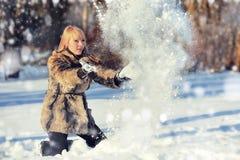 Mujer joven en el paisaje nevoso del invierno Imagenes de archivo