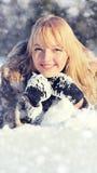Mujer joven en el paisaje nevoso del invierno Foto de archivo