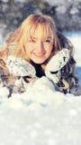 Mujer joven en el paisaje nevoso del invierno Fotos de archivo
