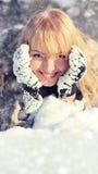 Mujer joven en el paisaje nevoso del invierno Foto de archivo libre de regalías