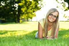 Mujer joven en el parque Fotos de archivo libres de regalías