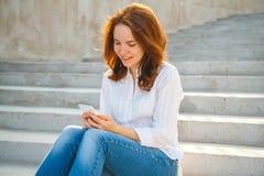 Mujer joven en el parque con el teléfono Fotos de archivo