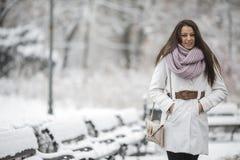 Mujer joven en el parque en el invierno Imágenes de archivo libres de regalías