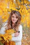 Mujer joven en el parque hermoso del otoño, otoño del concepto Imágenes de archivo libres de regalías
