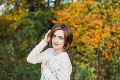 Mujer joven en el parque hermoso del otoño, otoño del concepto Fotografía de archivo