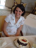 Mujer joven en el partido con la torta Imágenes de archivo libres de regalías