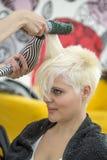 Mujer joven en el peluquero Imágenes de archivo libres de regalías