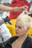 Mujer joven en el peluquero Foto de archivo libre de regalías