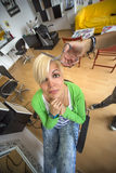 Mujer joven en el peluquero fotos de archivo libres de regalías