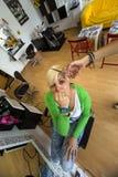 Mujer joven en el peluquero fotografía de archivo libre de regalías