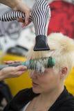 Mujer joven en el peluquero haircutting fotos de archivo libres de regalías