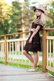 Mujer joven en el pequeño puente de madera Imagen de archivo