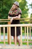 Mujer joven en el pequeño puente de madera Imágenes de archivo libres de regalías