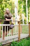 Mujer joven en el pequeño puente de madera Imagenes de archivo