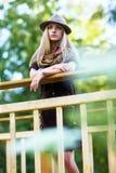 Mujer joven en el pequeño puente de madera Fotos de archivo libres de regalías
