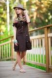Mujer joven en el pequeño puente de madera Foto de archivo libre de regalías