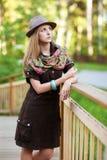 Mujer joven en el pequeño puente de madera Fotografía de archivo libre de regalías