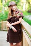 Mujer joven en el pequeño puente de madera fotografía de archivo