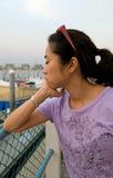 Mujer joven en el puerto deportivo fotografía de archivo