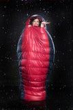 Mujer joven en el saco de dormir Imagen de archivo