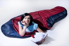 Mujer joven en el saco de dormir Foto de archivo