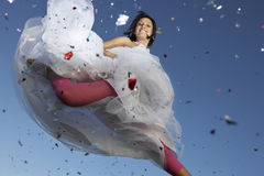 Mujer joven en el salto del vestido de boda Fotos de archivo libres de regalías