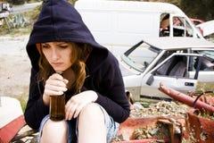Mujer joven en el scrapyard Fotos de archivo