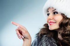 Mujer joven en el sombrero de piel blanco Imagen de archivo libre de regalías