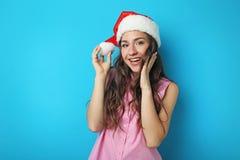 Mujer joven en el sombrero de Santa Fotos de archivo