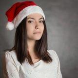Mujer joven en el sombrero de Santa Foto de archivo libre de regalías