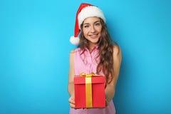 Mujer joven en el sombrero de Santa Imagenes de archivo