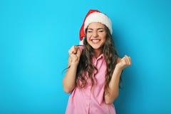 Mujer joven en el sombrero de Santa Fotos de archivo libres de regalías