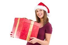 Mujer joven en el sombrero de santa que sostiene la caja de regalo Imagenes de archivo