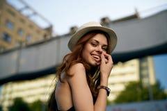 Mujer joven en el sombrero en la calle, retrato Fotos de archivo