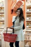 Mujer joven en el supermercado Imagen de archivo libre de regalías