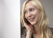 Mujer joven en el teléfono Imagen de archivo libre de regalías