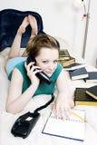 Mujer joven en el teléfono Fotos de archivo