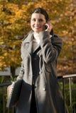 Mujer joven en el teléfono móvil Imagenes de archivo
