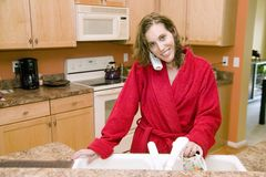 Mujer joven en el tiempo de desayuno Fotos de archivo