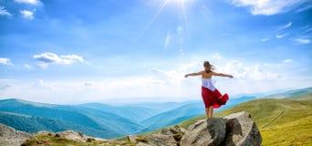 Mujer joven en el top de la montaña Imagenes de archivo
