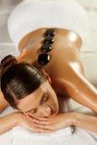 Mujer joven en el tratamiento del balneario Fotos de archivo